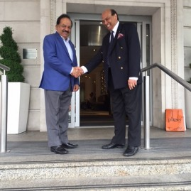 Raj Aggarwal... Hon Consul welcoming Hon Harsh Vardhan , Minister of science and technology and minister of Earth Sciences.. Govt of India to Cardiff.